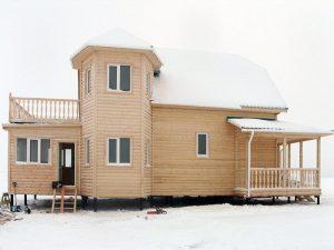 Дом с эркером и большой террасой