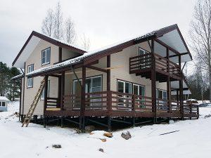 Дом с балконом и большой террасой