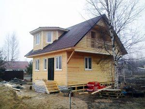 Дом с эркером и балконом