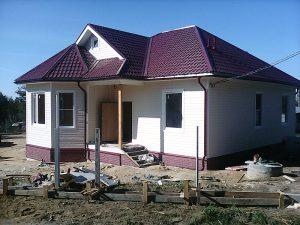 Одноэтажный дом с крыльцом